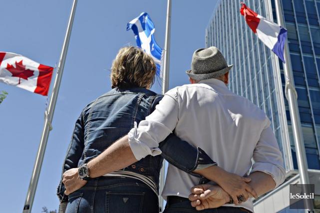 Des personnes rendent hommage aux victimes de l'attentat... (Photo Pascal Ratthé, Le Soleil)