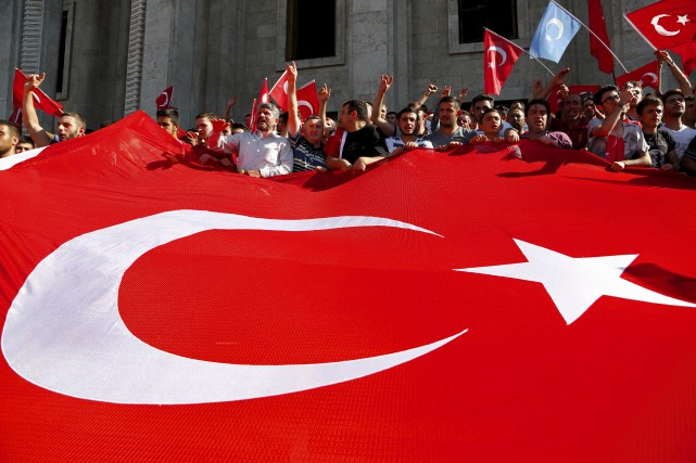 Le peuple turc est massivement descendu dans les... (AP)