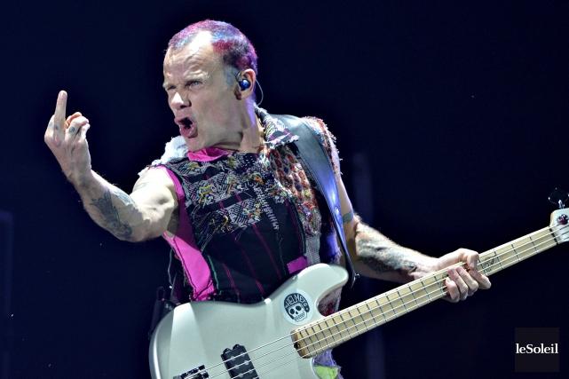 Le bassiste Flea lors de la performance de... (Le Soleil, Pascal Ratthé)