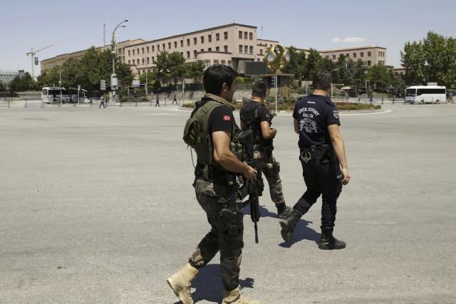 Des centaines de généraux et de magistrats ont été arrêtés à travers la Turquie... (PHOTO TUMAY BERKIN, REUTERS)