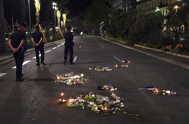 Alors que les hommages se multiplient à travers... (AFP,ANNE-CHRISTINE POUJOULAT)