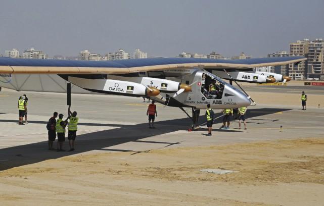 Solar Impulse 2 a retardé samedi son départ d'Égypte pour Abou Dhabi, dernière... (Photo Mohamed Elraai, archives Associated Press)