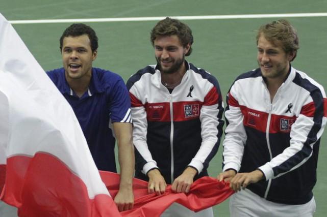 Jo-Wilfried Tsonga, Gilles Simon et Lucas Pouille ont... (PHOTO PETR SZNAPKA, AP/CTK)