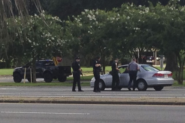 Les autorités parlent à un automobiliste près des... (Photo AP, Mike Kunzelma)