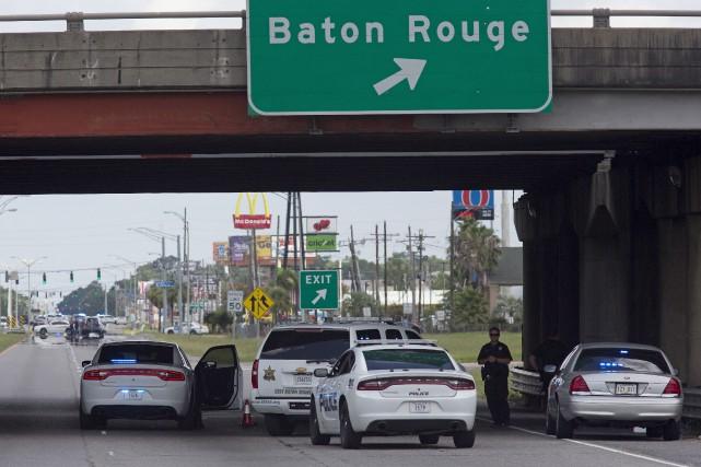 La police bloque l'accès à une bretelle menant... (AP, Max Becherer)