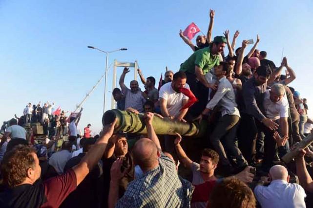 Des supporters du président Recep Tayyip Erdogan célèbrent... (REUTERS)