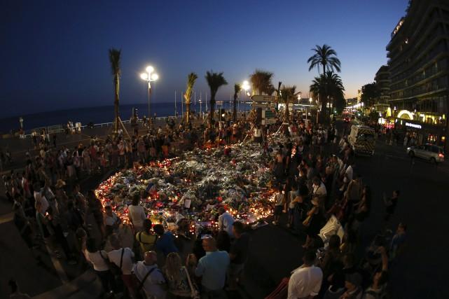 Dimanche, les cadeaux et les fleurs ont continué... (AFP)