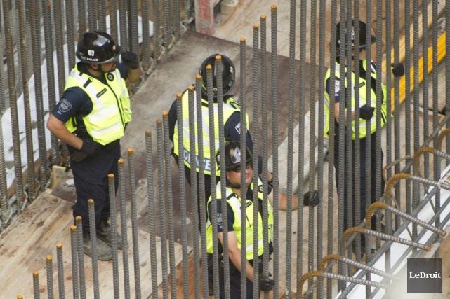 Les policiers cherchaient des indices en lien avec... (Martin Roy, LeDroit)