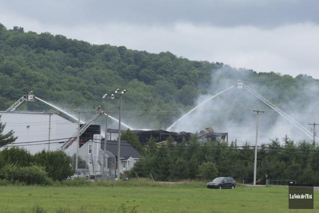 L'incendie chez Canards du Lac Brome a débuté... (Catherine Trudeau, La Voix de l'Est)