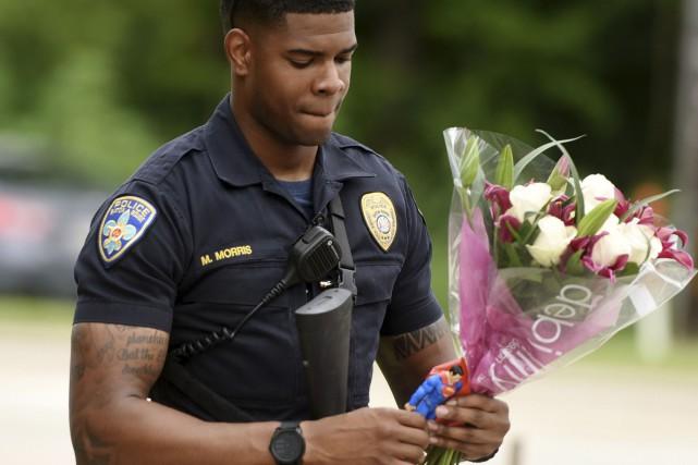 Le policier de Baton Rouge Markell Morris amène... (AP, Henrietta Wildsmith)