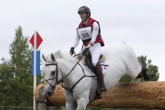 En compagnie de son cheval Qorry Blue d'Argouges,... (Cealy Tetley)