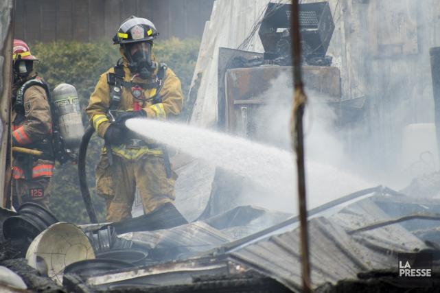 Un violent incendie a ravagé l'usine de SamaN Canada située sur la rue de... (Spectre Média, Marie-Lou Béland)