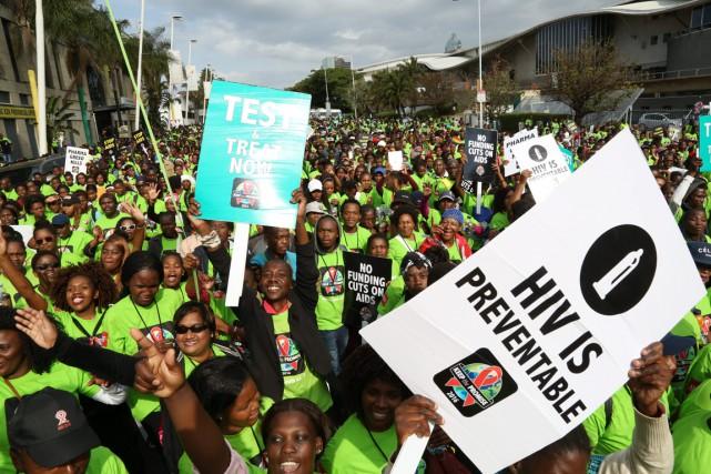 De nombreux activistes ont participé à la marche... (photo AP/AIDS Healthcare Foundation)