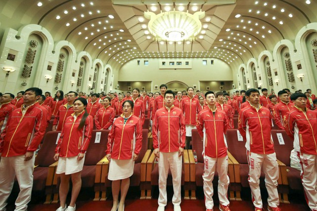 Vêtus de leurs uniformes officiels - des vestons... (photo Cao Can, Xinhua /AP)