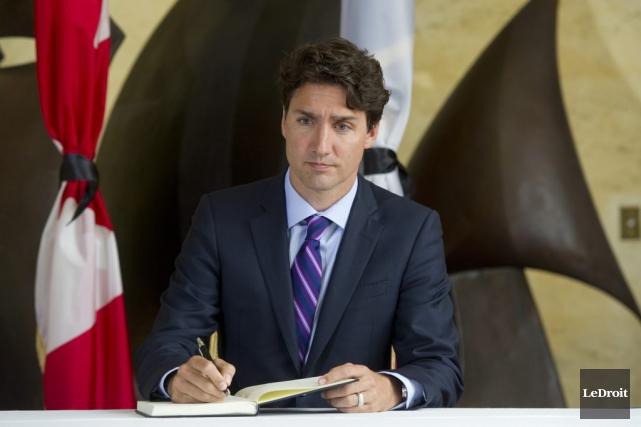 Le premier ministre Justin Trudeau a signé un... (Martin Roy, LeDroit)
