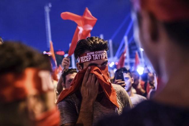 Un partisan d'Erdogan participe à un rassemblement pro-gouvernement.... (AFP)