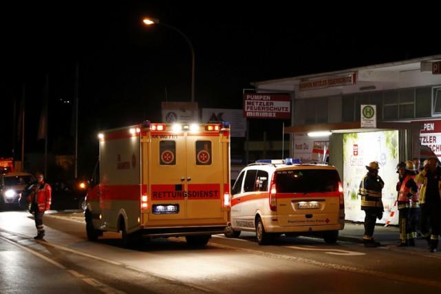 Des policiers, pompiers et ambulanciers ont été dépêchés... (PHOTO REUTERS)