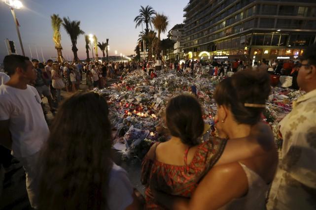 Des gens se sont recueillis lundi sur la... (AFP, Valery Hache)