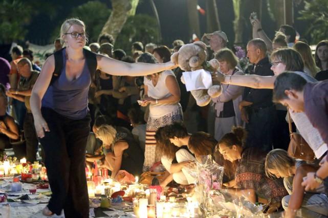 À Nice, une chaîne humaine composée de centaines... (PHOTO AP)