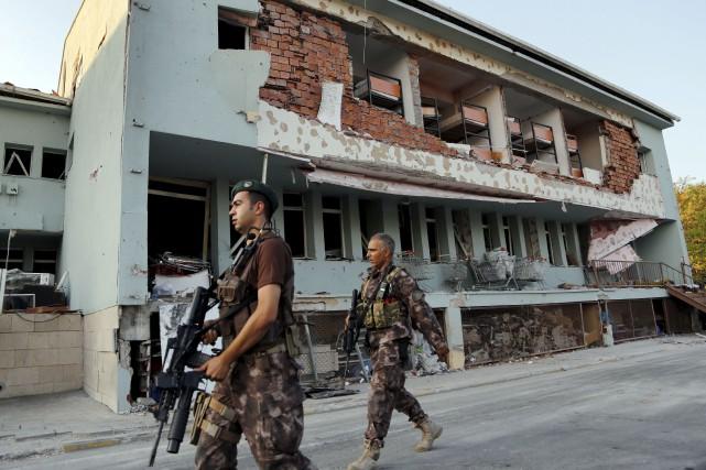 9000 policiers, gendarmes et fonctionnaires ont été démis... (AP)