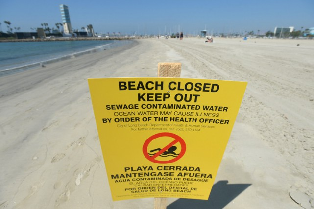 Plusieurs plages de Los Angeles ont été fermées mardi après le déversement de... (PHOTO AP)