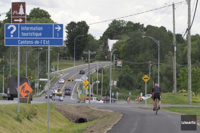 Les travaux d'aménagement de la nouvelle piste bidirectionnelle... (Alain Dion, La Voix de l'Est)
