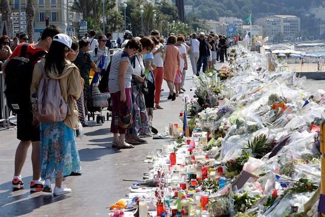 Des gens ont déposé des centaines de fleurs... (PHOTO CLAUDE PARIS, ARCHIVES AFP)