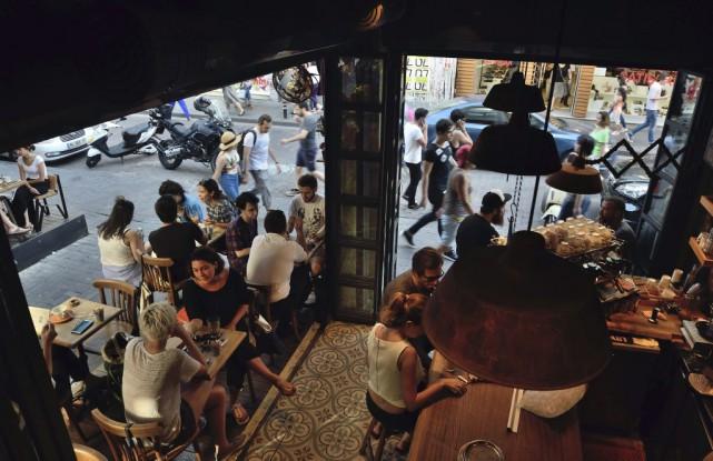 Des gens attablés dans un café du quartier... (PHOTO DANIEL MIHAILESCU, AGENCE FRANCE-PRESSE)