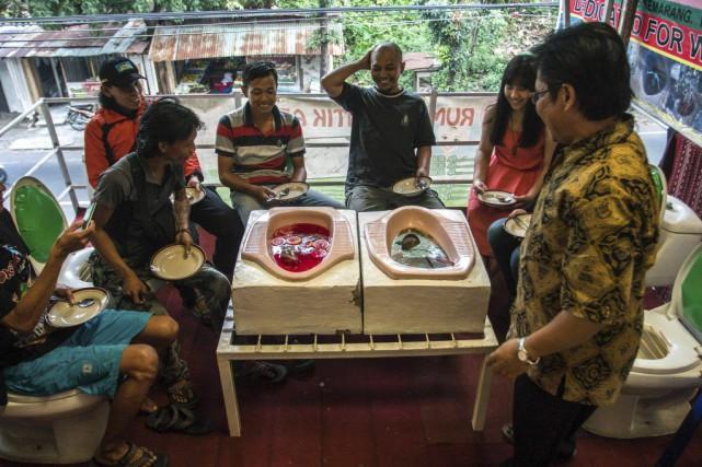 Des clients prennent un repas auJamban Cafe.... (PHOTO AFP)