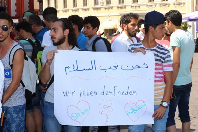 Des réfugiés syriens ont défilé dans le centre-ville... (PHOTO AP)