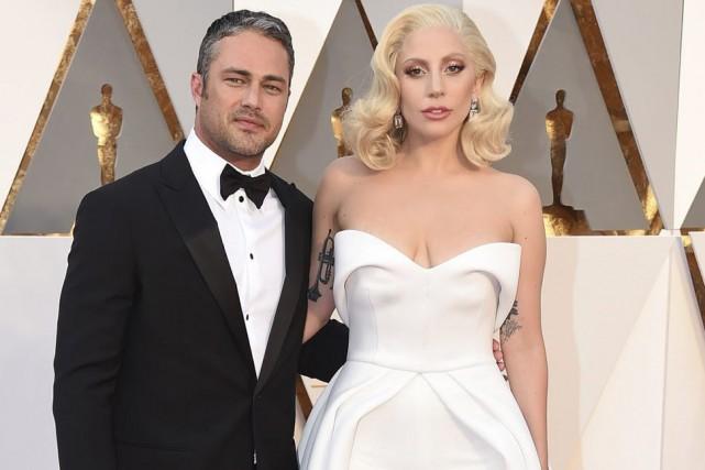 Taylor Kinney et Lady Gaga aux Oscars.... (PHOTO ARCHIVES AP)
