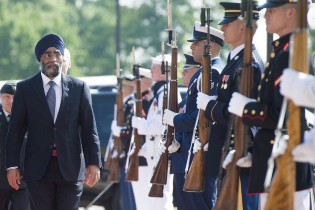 Le ministre canadien de la Défense, Harjit Sajjan,... (PHOTO AFP)