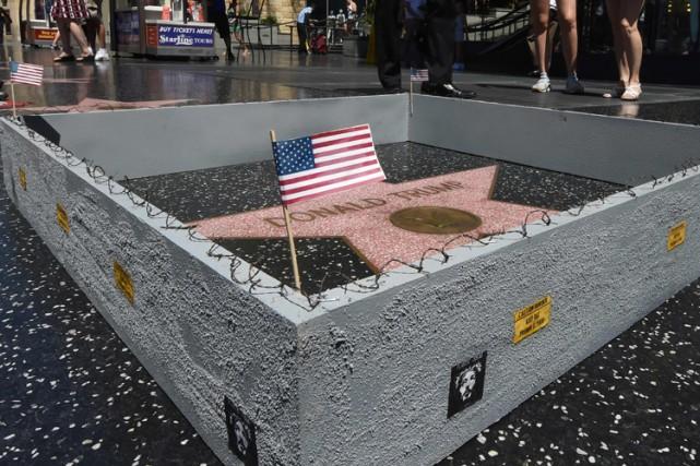 Un artiste engagé a construit un mur autour de l'étoile de Donald Trump sur le... (PHOTO AFP)