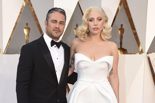 Taylor Kinney et Lady Gaga aux Oscars.... (Archives AP)
