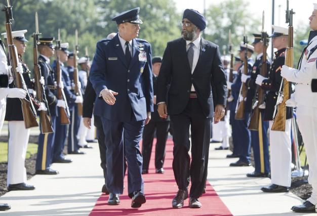 Le ministre canadien de la Défense, Harjit Sajjan... (AFP, Saul Loeb)