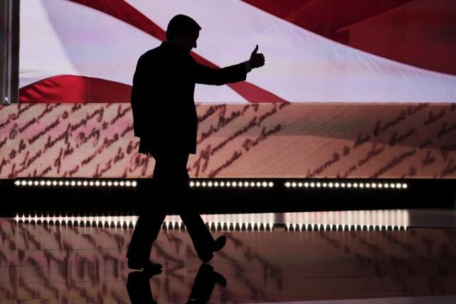 Ted Cruz quitte la scène après son allocation,... (AP)