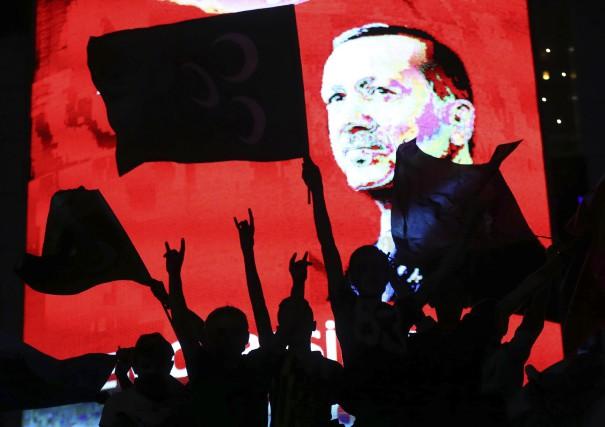 Des partisans du présidentRecep Tayyip Erdogan l'ont célébré... (AFP, Adem Altan)