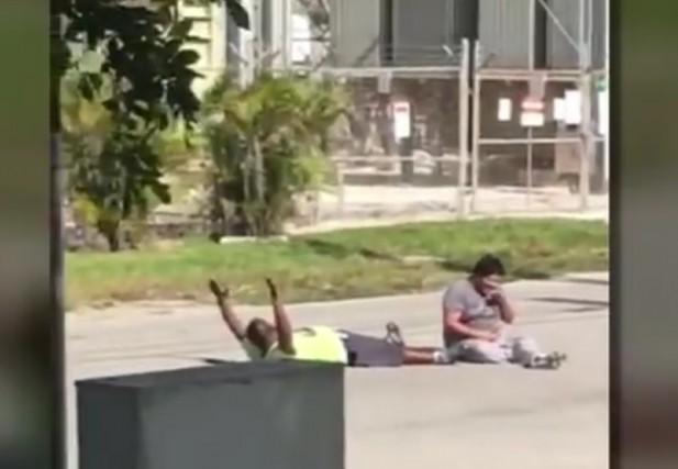 Allongé lundi au milieu de la rue avec les bras en l'air, un aide à domicile... (Image tirée d'une vidéo Youtube)