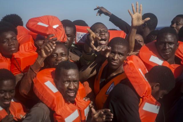 Des réfugiés et migrants partis de l'Afrique subsaharienne,... (photo Santi Palacios, AP)