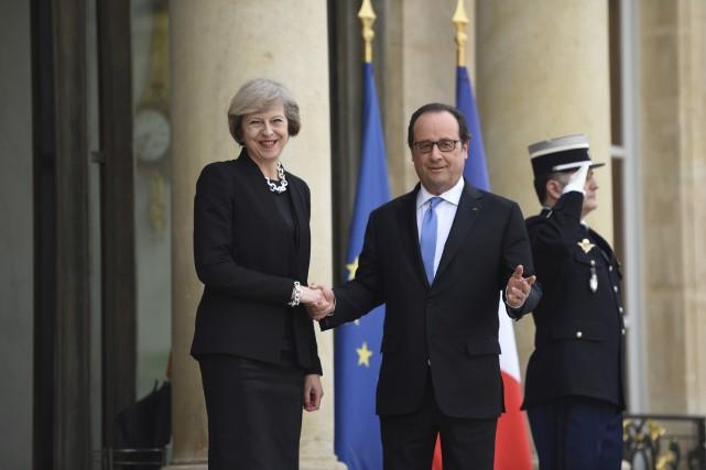 Le président français François Hollande serre la main... (AFP)