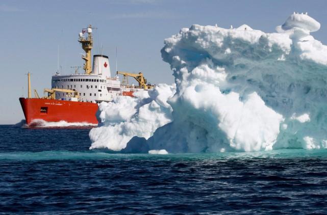 Le navire Louis S. St-Laurent de la Garde... (PHOTO ARCHIVES LA PRESSE CANADIENNE)