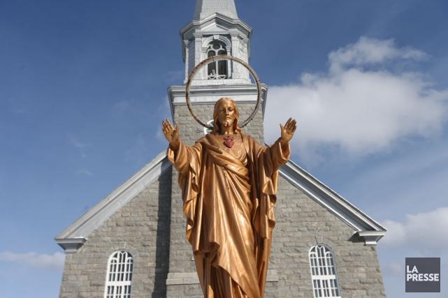 Une statue de Jésus devant une église.... (Archives La Presse)