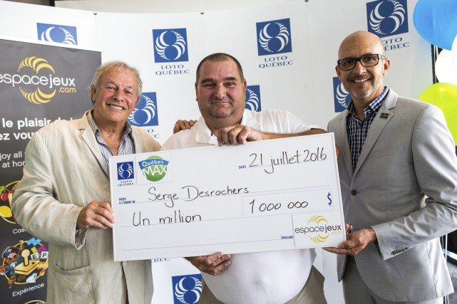 Le nouveau millionnaire Serge Desrochers est accompagné d'Yves... (Olivier Croteau)