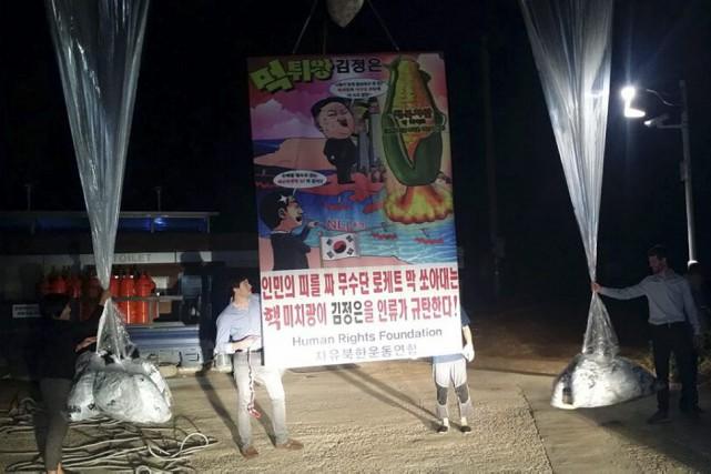 Une bannière attachée à un des 10gros ballons... (PHOTO AFP/LES COMBATTANTS POUR UNE CORÉE DU NORD LIBRE)