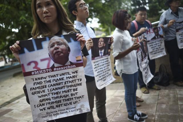 Des proches des victimes s'étaient rassemblés à l'extérieur... (AFP, Mohd Rasfan)