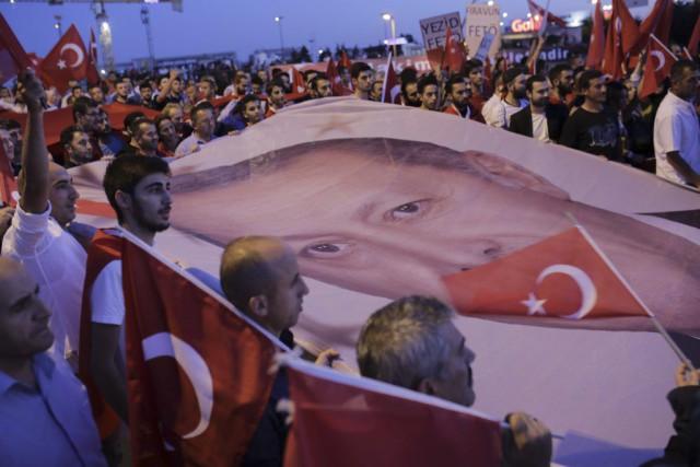 Des partisans du président turc Recep Tayyip Erdogan... (PHOTO YASIN AKGUL, AFP)