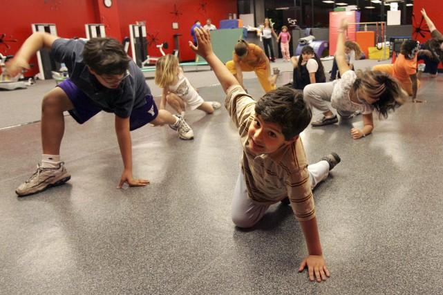 L'activité physique stimule le cerveau et favorise la réussite académique des... (PHOTO ARCHIVES AFP)