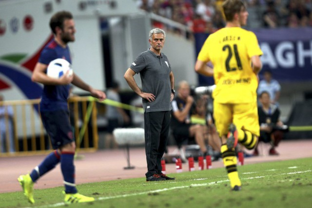 José Mourinho (au centre) regarde son équipe affronter... (PHOTO Chinatopix/AP)