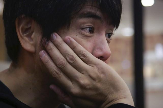 Takanobu Nishimoto écoute les confidences des gens qui... (PHOTO AFP)