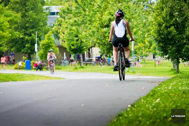 Une piste cyclable de 98 kilomètres pourrait relier... (Archives La Tribune, Jessica Garneau)